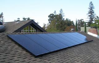 Placas solares sobre cubierta de madera